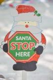这里圣诞老人中止圣诞节纸标志 免版税图库摄影