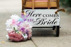 这里来新娘无盖货车 库存图片