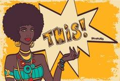 这,流行艺术面孔 有讲话泡影的美妙的性感的非洲妇女 导航在流行艺术减速火箭可笑的五颜六色的背景 库存照片