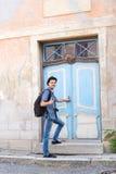进入一个老大厦的英俊的男性游人 免版税图库摄影