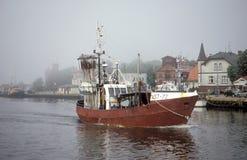 进入乌斯特卡港口的老fishboat在波兰 库存图片