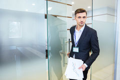 进入会议室的严肃的商人 免版税库存照片