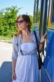 进入公共汽车的女孩 免版税库存图片
