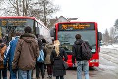 进入到达的现代Hohenschwangau加州的公共汽车站的乘客 免版税库存图片