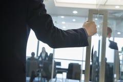 进入办公室的商人 免版税库存照片