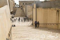 进入和离开瓦莱塔的游人和工作者在马耳他 免版税库存照片