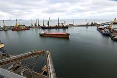 进入商业船坞的港口大大块船在海口装载在五谷终端电梯用麦子和 免版税库存照片