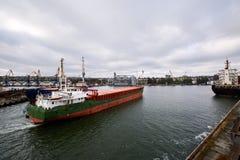 进入商业船坞的港口大大块船在海口装载在五谷终端电梯用麦子和 库存照片