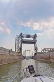 进入圣朗伯锁的小船在蒙特利尔附近 免版税库存图片