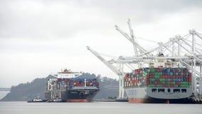 进入奥克兰的港货船HANJIN JUNGIL 免版税图库摄影