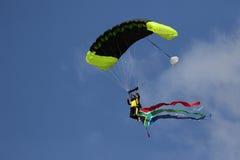 进入有旗子的跳伞运动员土地 免版税库存图片