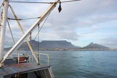 进入桌湾的渔拖网渔船 免版税库存图片