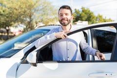 进入汽车的拉丁人在好日子 免版税图库摄影