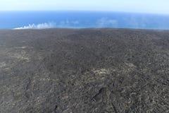 进入海洋和蒸汽,大岛,夏威夷的熔岩直升机鸟瞰图 免版税库存照片