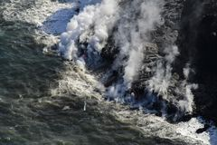 进入海洋和蒸汽,大岛,夏威夷的熔岩直升机鸟瞰图 免版税库存图片