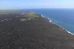进入海洋和蒸汽,大岛,夏威夷的熔岩直升机鸟瞰图 库存照片