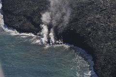 进入海洋和蒸汽,大岛,夏威夷的熔岩直升机鸟瞰图 图库摄影