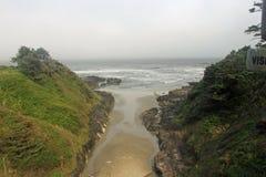 进入海洋的小河 免版税库存照片
