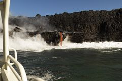 进入海洋的熔岩,从旅游小船,大岛,夏威夷 免版税库存图片