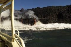 进入海洋的熔岩,从旅游小船,大岛,夏威夷 库存图片