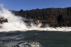 进入海洋的熔岩,从旅游小船,大岛,夏威夷 免版税图库摄影