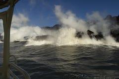 进入海洋的熔岩,从旅游小船,大岛,夏威夷 免版税库存照片
