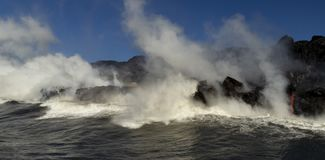 进入海洋,大岛,夏威夷的熔岩 免版税库存照片