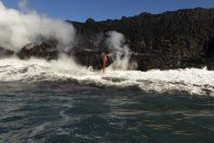 进入海洋,大岛,夏威夷的熔岩 免版税图库摄影