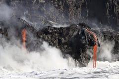 进入海洋,大岛,夏威夷的熔岩 库存图片