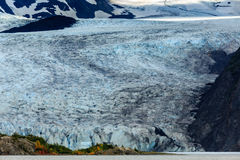 进入海洋的大冰川美丽的蓝色冰鸟瞰图  库存照片