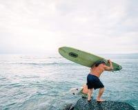 进入海洋的Longboard冲浪者 库存照片