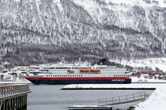 进入特罗姆瑟港口的Hurtigruten船 库存照片