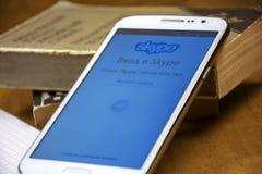 进入的自由Skype应用页在智能手机屏幕上被打开 免版税库存图片