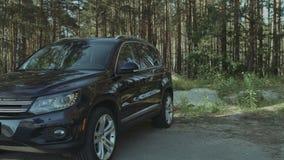 进入豪华汽车的典雅的美丽的妇女 影视素材
