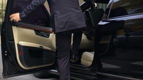 进入豪华汽车的商人,驾驶到重要会议,千福年 影视素材