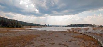 进入通过黑人战士温泉城和被缠结的小河的弯曲的高的木木板走道热的湖在黄石国家公园 免版税库存图片