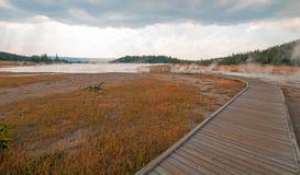 进入通过黑人战士温泉城和被缠结的小河的弯曲的高的木木板走道热的湖在黄石国家公园 免版税图库摄影
