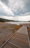 进入通过黑人战士温泉城和被缠结的小河的高的木木板走道热的湖在黄石国家公园 图库摄影