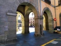 进入阿维拉,西班牙大广场的曲拱  免版税库存图片