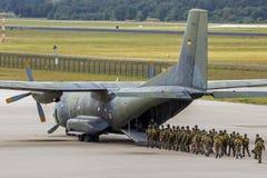 进入飞机的伞兵 库存图片