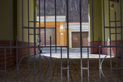 进入围场是闭合的金属透雕细工门 库存照片