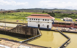 进入巴拿马运河的船在米拉弗洛雷斯锁 库存图片