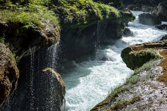 进入Cahabon的河地下和落小的瀑布石灰石桥梁在Semuc Champey,危地马拉 免版税库存照片
