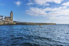 进入Porthlevan历史的捕鱼港口的小船 库存图片