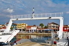 进入Thassos希腊海岛口岸的轮渡 免版税库存图片