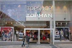 进入Topshop和Topman商店的人们在布拉克内尔,英国 库存照片
