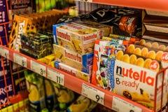 进口的甜点和巧克力产品在土耳其杂货店 免版税库存照片