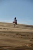进来上升在沙漠的女孩 免版税库存照片