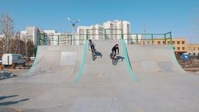 进来下坡在skatepark的两个人BMX车手 股票视频