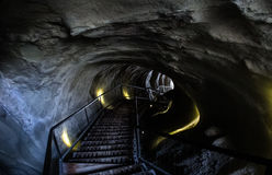 进来下来在隧道的台阶 库存图片